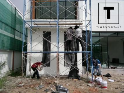 ทีมงาน Thaitexturepaint กำลังทำการพ่นสีเทกเจอร์ลายปล่อยเล็ก